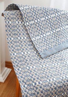 Kuutamokuja -mattossa raidat kulkevat myös pitkittäin. 3606 Mallikerta 1/2017. Weaving Patterns, Textile Patterns, Textiles, Woven Rug, Woven Fabric, Loom Weaving, Hand Weaving, Rug Texture, Weaving Projects