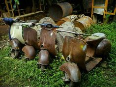 old n rusty Piaggio Vespa, Lambretta Scooter, Vespa Motor Scooters, Vespa 150, Classic Vespa, Retro Scooter, Rust In Peace, Vw Vintage, Abandoned Cars