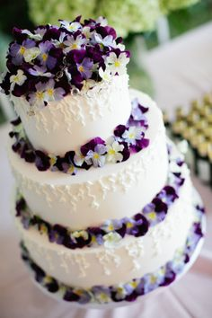 Cake decorated with purple pansies Photo by Hiko Arasaki