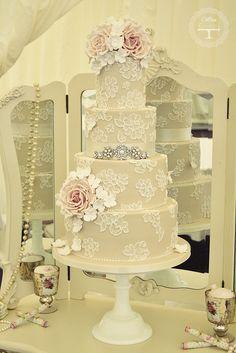Original tarta nupcial donde el fondant con toque floral hara las delicias de los niños y adultos asistentes a la boda. En Giancarlo Novias pensamos que la originalidad te hara marcar la diferencia.  wedding cake #weddingcake #devilsinthedetails