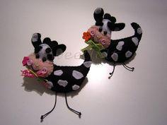 ♥♥♥ Vaquinhas pregadeiras, para uma menina que gosta muito delas ... by sweetfelt  ideias em feltro, via Flickr