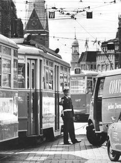 Verkehrspolizist regelt den Verkehr, u.a. Straßenbahnen auf der Mönckebergstraße. Im Hintergrund die Michaeliskirche (Michel), 1963 - Foto Germin