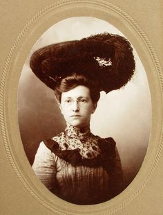 CABINET PHOTO YOUNG WOMAN WEARING SPECTACLES & OSTRICH FEATHER HAT WORCESTER MA
