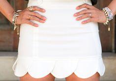 Falda blanca con ondas en forma de petalos en la parte baja! Me encanta :D