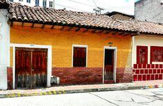 #EncontrasteLaCandelaria ¡Hermosos los colores de La Candelaria, Bogotá! #Bogotá #LaCandelaria #Fachadas #Colores  Visita:  www.encontrastelacandelaria.com   Fotografía tomada por: Carolina González Chaparro