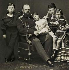 Цесаревич Николай, Александр III, Ксения, Мария Федоровна и Георгий. 1877 г.