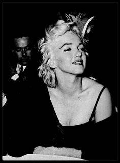 2-8 Décembre 1954 / (Part II) Le 2 décembre 1954, Sammy DAVIS Jr. fait sa première apparition publique depuis son accident de voiture, dans lequel il perdit un oeil.  Jess RAND, son publicitaire, organise une soirée chez lui à Los Angeles, pour fêter son propre anniversaire (son dernier en tant que célibataire avant qu'il ne se marrie avec Bonnie BYRNES une semaine plus tard) et pour marquer le retour de Sammy, invitant Jeff CHANDLER, Marilyn, Milton GREENE, Tony CURTIS. Marilyn portait une…