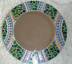 Este espejo mosaico redondo tiene un diámetro total de 46 cm, la superficie del espejo tiene un diámetro de 30 cm. Hace el borde del mosaico de Tiffanyglasscherben en tonos de verde, alambre de aluminio y mosaico de grano en naranja y gotas de cristal violeta. Gris es el mosaico. Mirror Mosaic, Mosaic Diy, Mosaic Tiles, Mirror Inspiration, Borders And Frames, Handmade Tiles, Mirror Work, Mosaic Designs, Round Mirrors