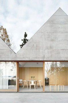 Nowocześnie, minimalistycznie i z szacunkiem do natury 🌿😍 Uwielbiamy połączenia dużych przeszkleń z ciepłym drewnem i surowym betonem, a Wy? :) Foto: http://bit.ly/2ratlu6