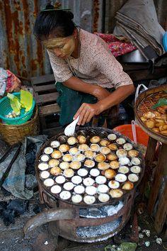 Street Food In Rangoon (aka Yangon, city, the capital of independent Myanmar (Burma) from 1948 to World Street Food, Street Food Market, Dutch Recipes, Asian Recipes, Food Truck, Burmese Food, Burma, I Love Mexico, Traditional Market