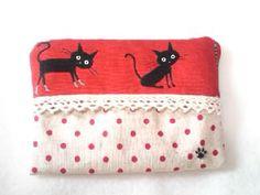 ネコとドット柄のポケットティッシュケースです。赤い地色にかわいい黒猫、生成の地色に赤いドット柄のコンビです。素材:表・内側 綿*申し訳ございません、他サイトで...|ハンドメイド、手作り、手仕事品の通販・販売・購入ならCreema。