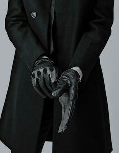 tight fitting gloves with a trench coat, a perfect partnership. - tight fitting gloves with a trench coat, a perfect partnership. Back To Black, Black And White, Men In Black, Black Man Style, Yoga Kunst, Kaz Brekker, Six Of Crows, Driving Gloves, Style Outfits