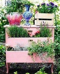 Vous ne savez pas quoi faire de votre vieux buffet ringard ou d'un vieux meuble défraîchi, plutôt que de le jeter, pourquoi ne pas le rapatrier au jardin pour en faire un support décoratif pour vos fleurs. Mieux encore vous pouvez vous en servir de jardinière pour y installer fleurs et herbes...