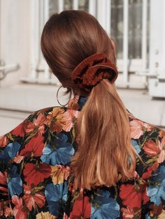 Chouchou Chloé 🙈 Brown corduroy 💋 It goes with our autumn outfits … burgundy, fir green, navy blue or rust … we are a fan of these colors 😍 Hair Day, New Hair, Your Hair, Messy Hairstyles, Pretty Hairstyles, Style Hairstyle, Hairstyles 2018, Hair Inspo, Hair Inspiration