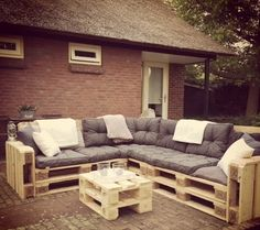 Pallet Outdoor Furniture Same has been done with this DIY pallet patio sofa so that you appreciate a magnificent, fashionable and cost-free sitting strategy for your fun outside places. Pallet Patio Furniture, Outdoor Furniture Plans, Pallet Couch, Crate Furniture, Reclaimed Wood Furniture, Furniture Layout, Pallet Walls, Pallet Tv, Furniture Ideas