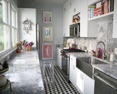 Cozinha pequena com detalhes em mármore.