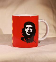 """Para el revolucionario de hoy, nada mejor que beberse varios litros de café al día en una emblemática taza adornada por la inspiradora inmortal del comandante Ernesto """"Che"""" Guevara y descubrir los modos más espectaculares y llamativos de destruir al capitalismo y al imperialista opresor para luego gritar bien fuerte, con este hermoso recipiente en mano: """"¡Hasta la taquicardia siempre!"""""""