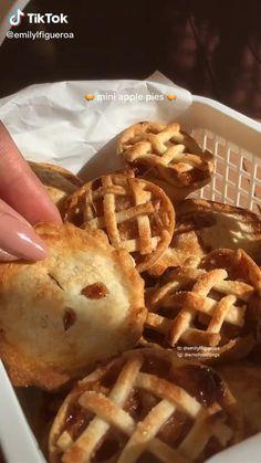 Fun Baking Recipes, Sweet Recipes, Snack Recipes, Dessert Recipes, Green Tea Recipes, Think Food, Love Food, Food Cravings, Food Videos
