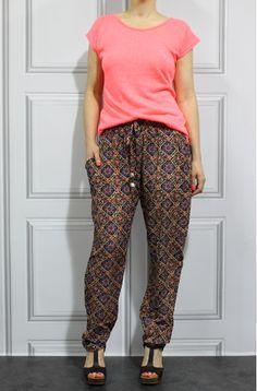 Pantalon estampado y camiseta coral