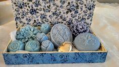 Caixa de MDF, revestida com tecido em algodão no Floral Azul com Sabonetes de Glicerina nos desenhos de Flores e uma alquimia de aromas floral.Linda!