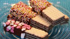 Suklaakuorrutetut vohvelit | lasten | lapset | idea | askartelu | kädentaidot | käsityöt | vohveli | suklaa | herkku | puuhaa | kesä | juhlat | karnevaalit | summer | party| carnivals | DIY | ideas | kids | children | crafts | home | sweets | waffle | chocolate | Pikku Kakkonen