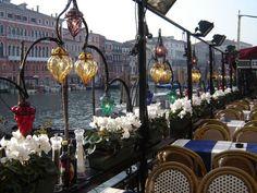 Composition faite à partir de lanternes en verre soufflé coloré de Murano www.i-lustres.com Les Artisans du Lustre sont à votre disposition pour la fabrication sur mesure de toute lanterne en verre soufflé #murano #lanterne