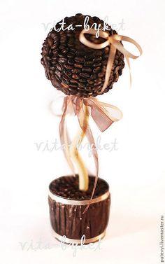 Купить или заказать Кофейный топиарий 'Кофейное дерево малое' в интернет-магазине на Ярмарке Мастеров. Дизайнерское кофейное дерево ручной работы в горшочке подарит необыкновенный кофейный аромат и порадует истинного ценителя кофе. Диаметр кроны 10 см, высота 30 см. В состав входят натуральные кофейные зерна.