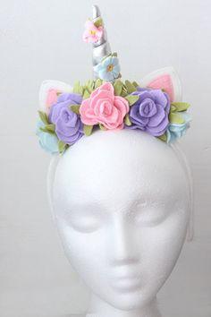 Diadema de unicornio cuerno de plata y flores de color rosa y
