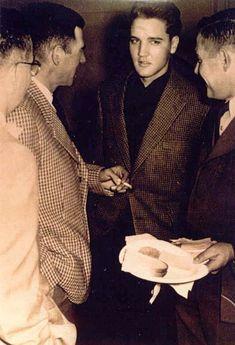 Dezember 1959 Elvis' letztes Weihnachtsfest in der Wetterau. Er gibt eine Party in der Goethestraße. Unter den Gästen sind auch Priscilla Beaulieu, außerdem die Freunde des Vaters Dee und Bill Stanley. Elvis missbilligt jedoch die Beziehung seines Vaters zu Dee Stanley, da sie verheiratet ist und drei Kinder hat.