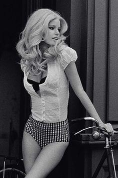 caroline winberg - pin up look Caroline Winberg, Bombshell Hair, Camila Morrone, Moda Retro, Foto Fashion, Retro Mode, Bicycle Girl, Look Vintage, Vintage Glamour