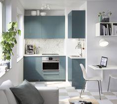 METOD keuken | IKEA IKEAnl IKEAnederland inspiratie wooninspiratie interieur wooninterieur KALLARP tegelvloer tafel stoelen plant oven blauw groen