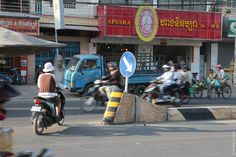 ВПномпене все крупные дороги оборудованы двойной сплошной высотой в30сантиметров.