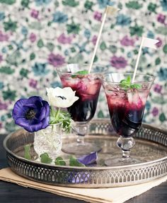Björnbärsdrink med smak av mynta | ELLE mat & vin Bellini, Dahl, Frisk, Martini, Beverages, Table Settings, Food And Drink, Cocktails, Table Decorations
