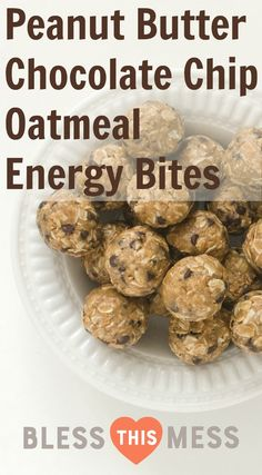 Peanut Butter Chocolate Chip Oatmeal Energy Balls These Peanut Butter Chocolate Chip Oatmeal Energy Bites are perfect for snacks, dessert, lunch boxes, or post-workout recovery time. I'm so into these easy no-bake oatmeal bites (here's 8 mor Oatmeal Energy Bites, Peanut Butter Energy Bites, Peanut Butter Healthy Snacks, Peanut Butter Power Balls, Healthy Chocolate Snacks, Granola Bites, No Bake Energy Bites, Recipe For Energy Bites, Energy Bars