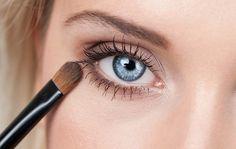 Nanes očný tieň na spodnú líniu oka