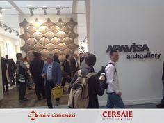 El fabricante de Porcelánico Apavisa, presenta una novedad. Cerámica plana no tan plana. Gracias a un moderno sistema de prensado y cocción se logran piezas curvadas que pueden conformar diseños con volumen y que se entrelazan. #Cersaie #Cersaie2015