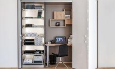 Ideą ukrytego biura jest, że gabinet wraz z biurkiem, szafkami oraz wyposażeniem ukryty jest w szafie wnękowej. W czasie, kiedy nie pracujemy, pomieszczenie z powodzeniem pełni rolę reprezentacyjnego salonu, przytulnej sypialni czy nawet kuchni. W godzinach aktywności zawodowej staje się on pełnowartościowym gabinetem. Jest to możliwe za sprawą nowatorskiego zastosowania w systemie HAWA-Folding Concepta rozsuwanych i składanych skrzydeł drzwiowych, które następnie w całości chowają się we…