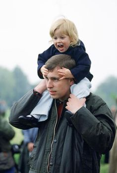 1990 ~ HRH Prince Andrew, Duke of York and his youngest daughter, Princess Beatrice of York appear to be having some quality daughter and dad time. Prinz Andrew, Princess Eugenie And Beatrice, Eugenie Of York, English Royal Family, Sarah Ferguson, Duchess Of York, Isabel Ii, Royal Prince, Prince Andrew
