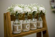 DIY super fácil com todos os detalhes para fazer um vaso com a palavra LOVE com garrafinhas para usar na decoração do noivado, casamento ou em casa.