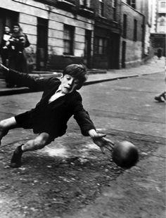 Roger Mayne - Goalie, Brindley Road, off Harrow Road, UK 1956. S) Vintage Photography, Art Photography, Roger Mayne, Martin Munkacsi, Street Football, Soccer Photography, Old Photographs, National Gallery Of Art, Goalkeeper