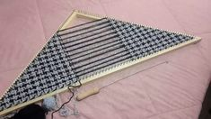 Loom Weaving, Loom Knitting, Ganchillo Ideas, Triangle, Outdoor Blanket, Textiles, Sewing, Crafts, Closure Weave
