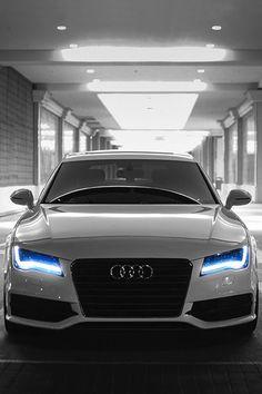 Audi A7 S-Line. Les néons bleus lui donnent une impression du futur, une réelle réussite dans la haute gamme!