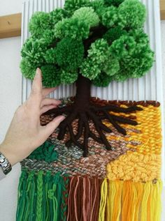 DIY Weaved Tapestry Tutorials DIY Weaved Tapestry Tutorials - Hey Lai can find Weaving and more on our website. Weaving Wall Hanging, Weaving Art, Weaving Patterns, Loom Weaving, Weaving Textiles, Stitch Patterns, Knitting Patterns, Yarn Crafts, Diy And Crafts