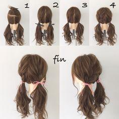 可愛いツインテールアレンジ(^^) 1、トップの部分を分けてツインテールします! 2、分けた部分を半分にしてそれぞれ三つ編みをして結び目の上でおさえます! 3、1と2を一緒に結びます! 4、全体的に崩します! ピンクの紐をゴムのところでちょうちょ結びして完成です(^^)