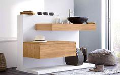 La salle de bain prend une allure zen avec des meubles en teck massif teinte claire au design épuré. Modèle AIR de Lineart chez Aubade
