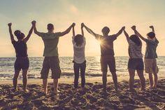 Freundschaften, die man sein Leben lang pflegen sollte. Menschen kommen in unser Leben, bleiben ein Weilchen und gehen dann wieder. Aber es gibt Einzelne unter ihnen, die sollten wir fest an unserer Seite halten. - Es gibt viele verschiedene Arten von Freunden. Wir stellen dir fünf vor, mit denen du deine Freundschaften besonders gut pflegen solltest.