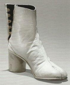 Margiela Tabi Boots All White Shoes, Blue Shoes, New Shoes, Anti Fashion, Fashion Brands, Weird Fashion, Baskets, Shoe Crafts, Shoe Art