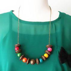 Kalung etnik ini terbuat dari bahan resin yang kokoh, sedikit hiasan mutiara dan rantai berwarna tembaga yang netral panjang kalung : 70 cm