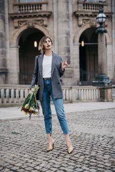 Hurra – es ist Weltfrauentag! | Fashion Blog from Germany. White t-shirt+high-rise ankle jeans+golden pumps+grey blazer+black shoulder bag+black belt+gold necklace. Spring Casual Outfit 2017