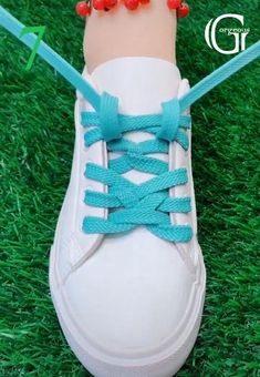 Ways To Lace Shoes, How To Tie Shoes, Diy Fashion Hacks, Fashion Advice, Diy Leather Bracelet, Diy Clothes And Shoes, Head Scarf Tying, Tie Shoelaces, Shoe Crafts